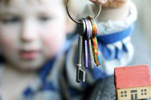 Как выписать несовершеннолетнего ребёнка из квартиры — процедура, нюансы и варианты их решения